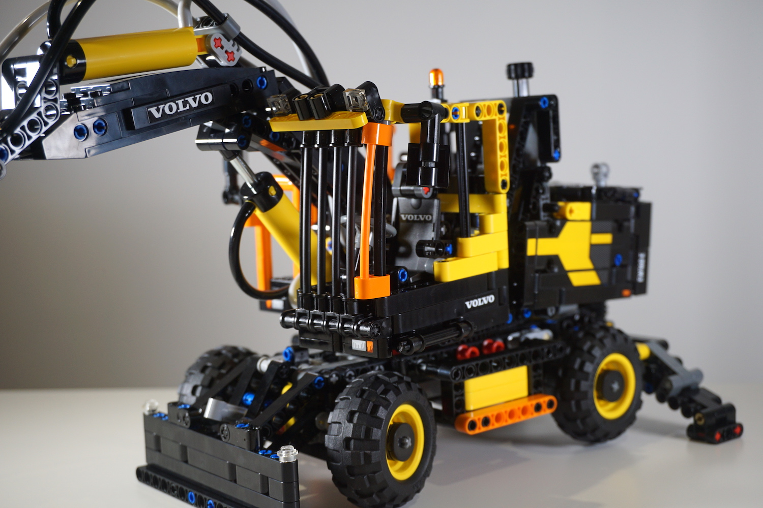 lego technic volvo ew160e 42053 review brick digest. Black Bedroom Furniture Sets. Home Design Ideas